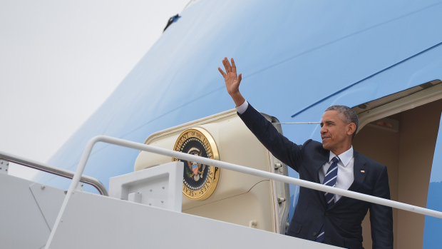 President Barack Obama makes waves from the steps of Air Force One prior to departure from Andrews Air Force Base in Maryland on April 15, 2015. (credit: MANDEL NGAN/AFP/Getty Images)